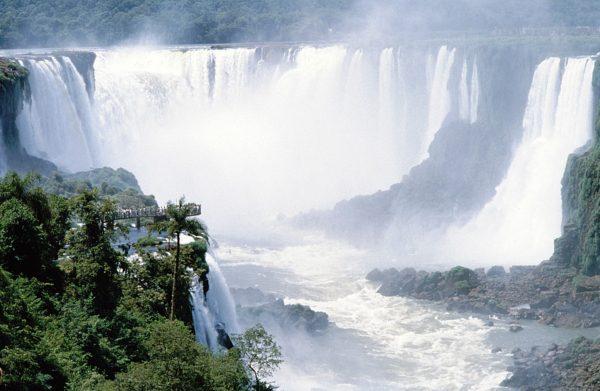 Wasserfälle Von Iguacu, Paraguay/Brasilien - Di Reinhard Jahn, Mannheim [CC BY-SA 3.0 (https://creativecommons.org/licenses/by-sa/3.0)], attraverso Wikimedia Commons
